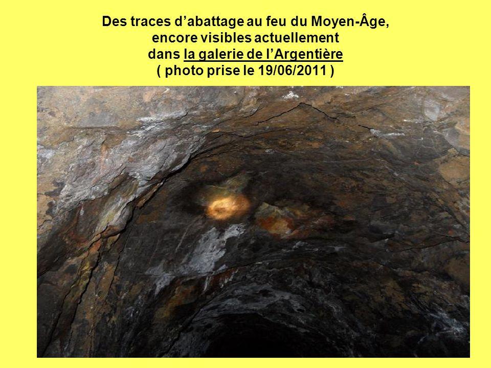 Des traces dabattage au feu du Moyen-Âge, encore visibles actuellement dans la galerie de lArgentière ( photo prise le 19/06/2011 )