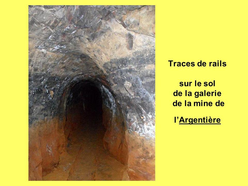 Traces de rails sur le sol de la galerie de la mine de lArgentière