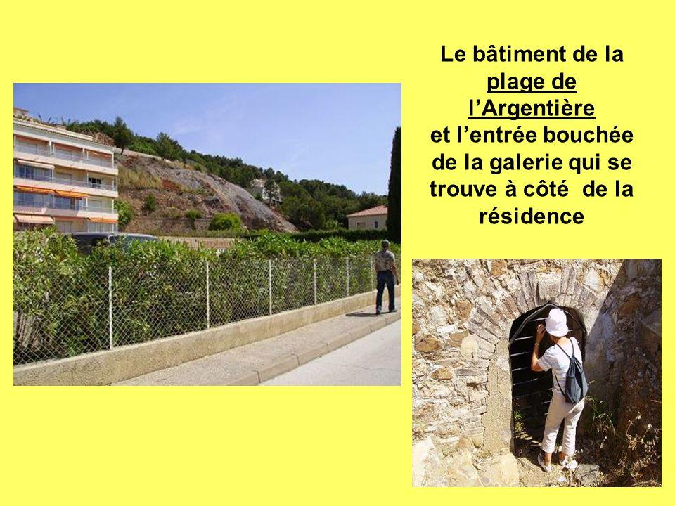 Le bâtiment de la plage de lArgentière et lentrée bouchée de la galerie qui se trouve à côté de la résidence