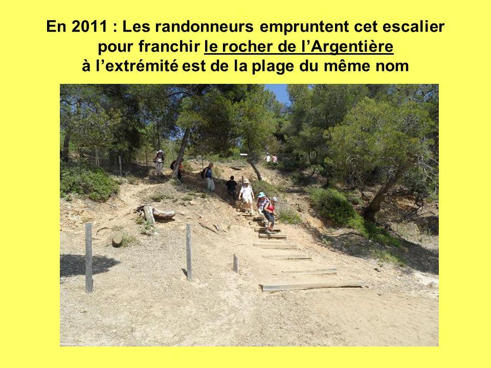 En 2011 : Les randonneurs empruntent cet escalier pour franchir le rocher de lArgentière à lextrémité est de la plage du même nom