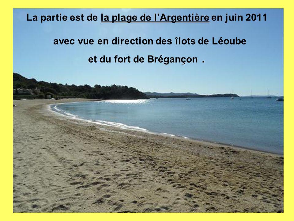 La partie est de la plage de lArgentière en juin 2011 avec vue en direction des îlots de Léoube et du fort de Brégançon.