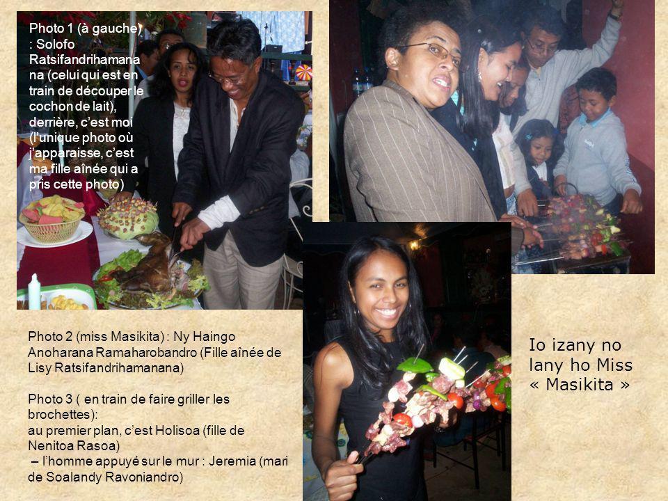 Io izany no lany ho Miss « Masikita » Photo 1 (à gauche) : Solofo Ratsifandrihamana na (celui qui est en train de découper le cochon de lait), derrièr
