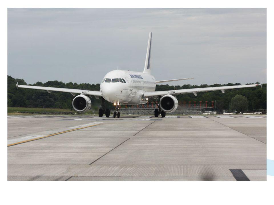 Nez à nez sur la piste! Photo prise à loccasion dun contrôle de piste, cet Airbus A319 Air France attend le passage du véhicule pour décoller.