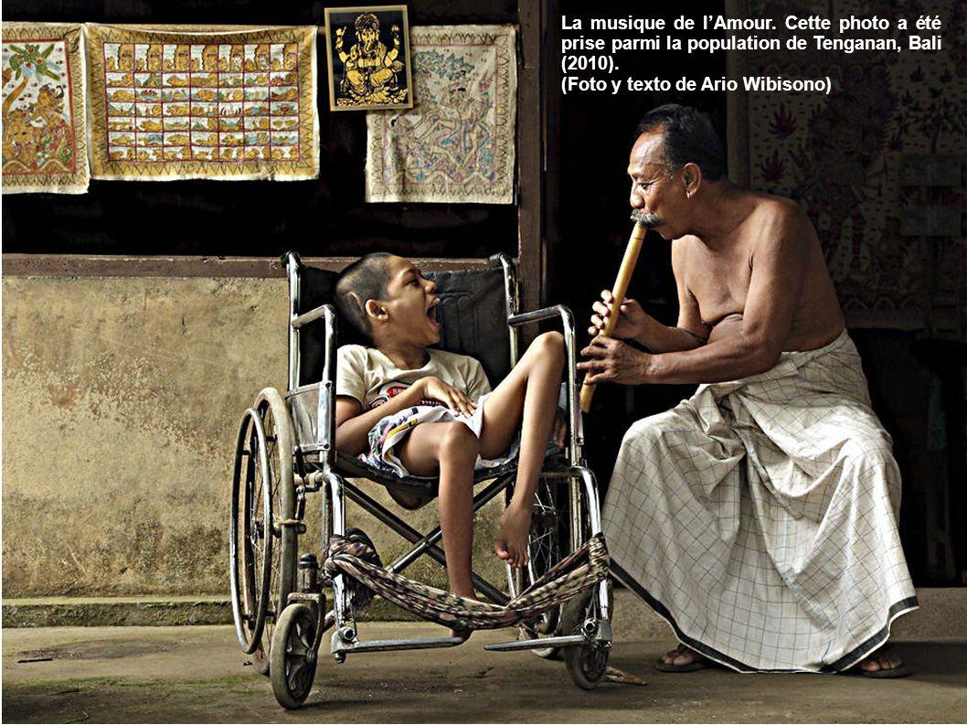 La musique de lAmour.Cette photo a été prise parmi la population de Tenganan, Bali (2010).