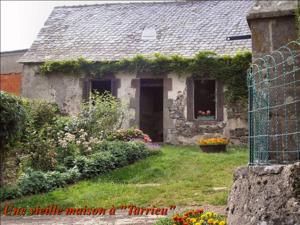 Il s'agit d'une maison du Pouget Photo de 1967 source AD. du Cantal