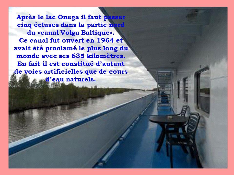 Après le lac Onega il faut passer cinq écluses dans la partie nord du «canal Volga Baltique». Ce canal fut ouvert en 1964 et avait été proclamé le plu
