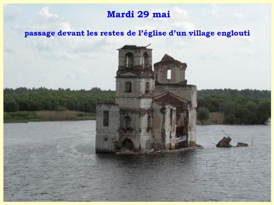 Mardi 29 mai passage devant les restes de léglise dun village englouti