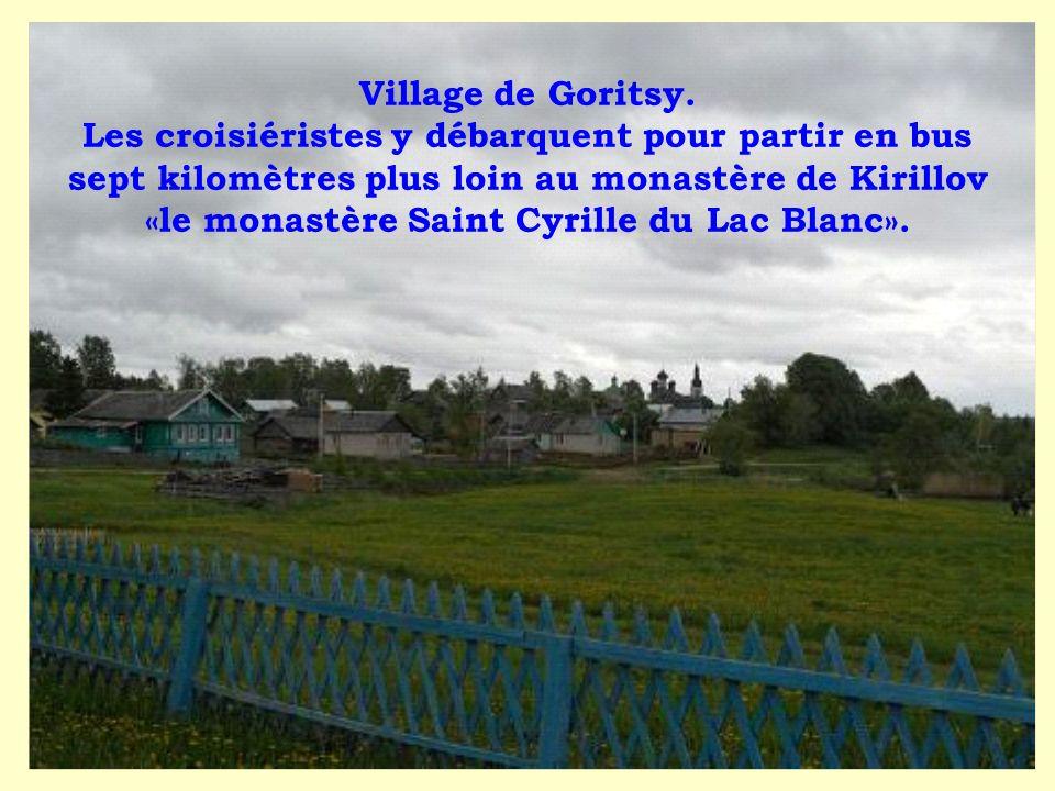 Village de Goritsy. Les croisiéristes y débarquent pour partir en bus sept kilomètres plus loin au monastère de Kirillov «le monastère Saint Cyrille d