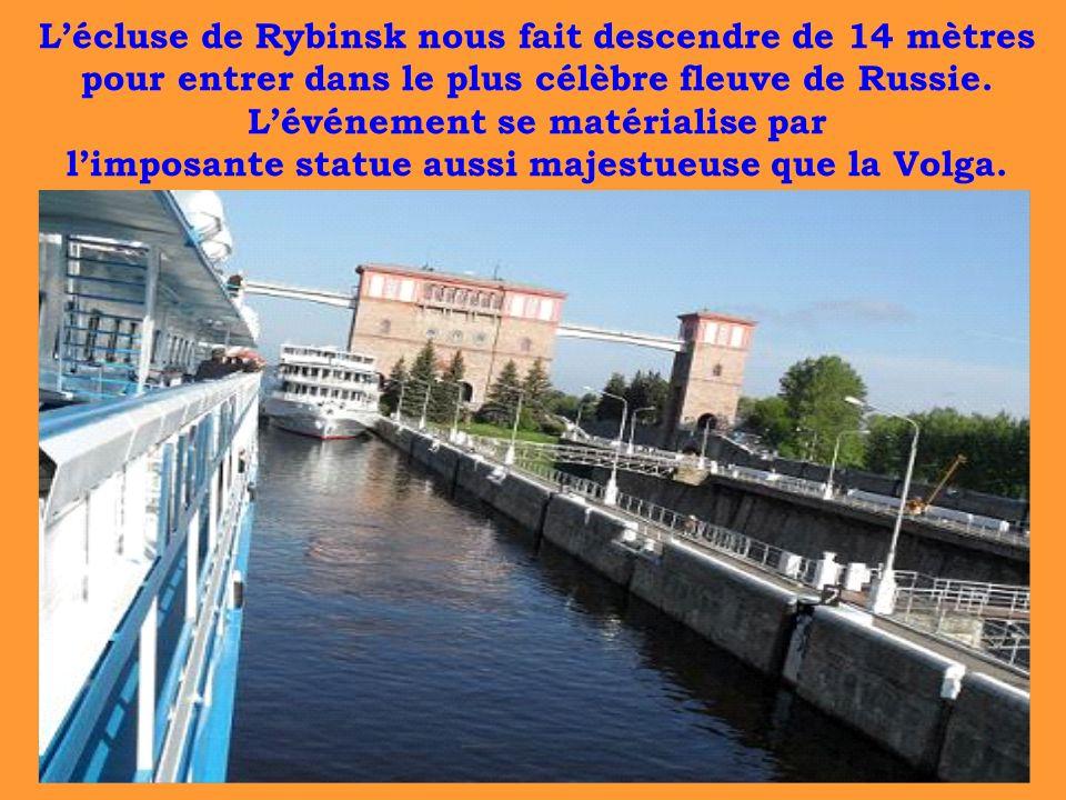 Lécluse de Rybinsk nous fait descendre de 14 mètres pour entrer dans le plus célèbre fleuve de Russie. Lévénement se matérialise par limposante statue