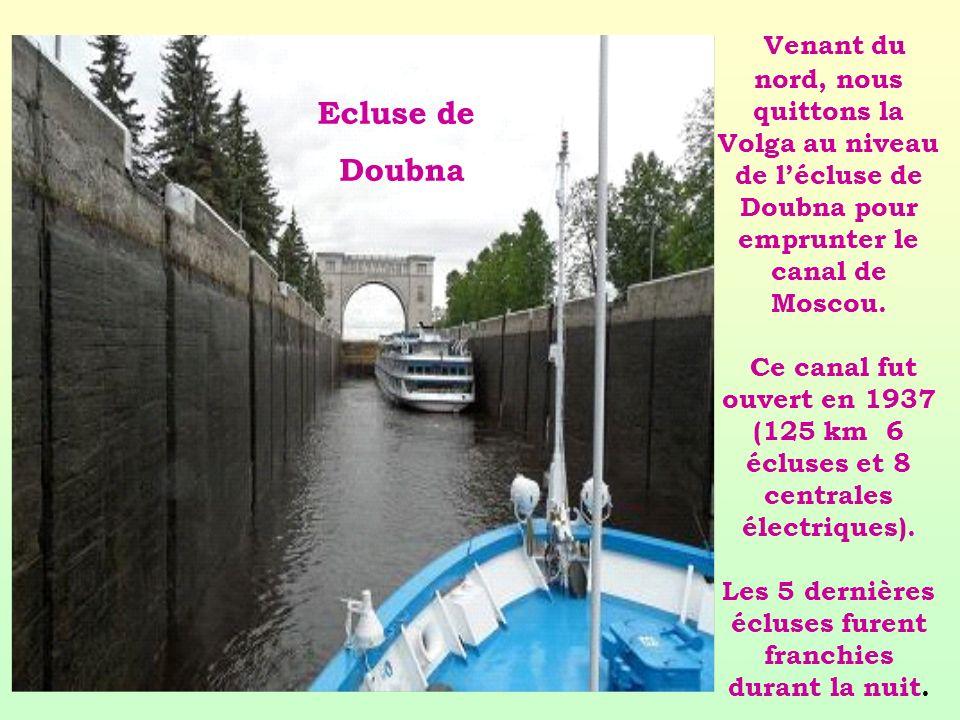 Venant du nord, nous quittons la Volga au niveau de lécluse de Doubna pour emprunter le canal de Moscou. Ce canal fut ouvert en 1937 (125 km 6 écluses