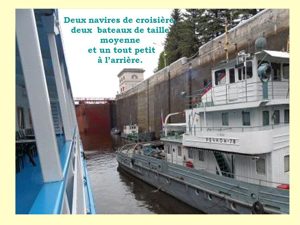Deux navires de croisière, deux bateaux de taille moyenne et un tout petit à larrière.