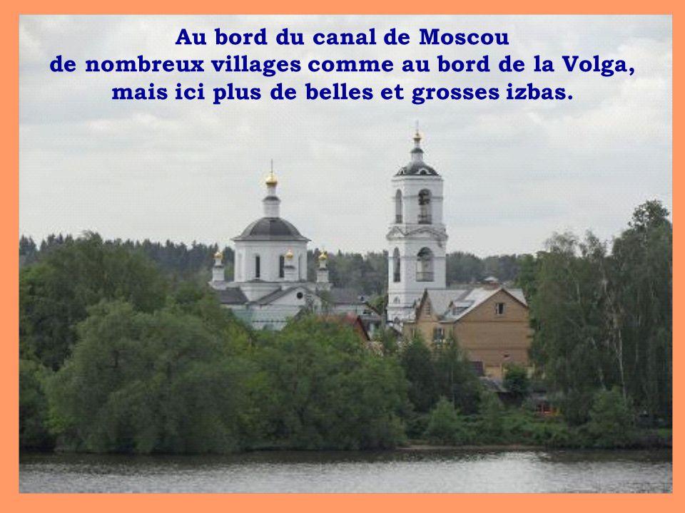 Au bord du canal de Moscou de nombreux villages comme au bord de la Volga, mais ici plus de belles et grosses izbas.