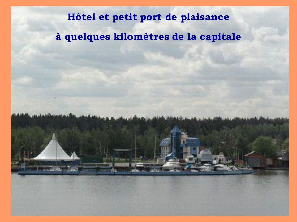Hôtel et petit port de plaisance à quelques kilomètres de la capitale