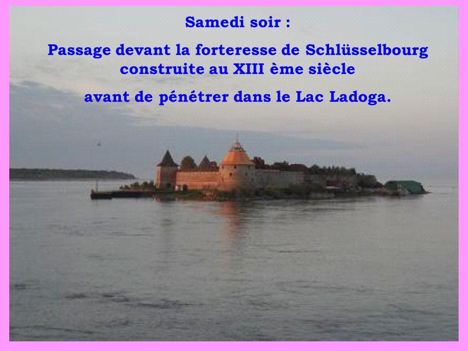 Samedi soir : Passage devant la forteresse de Schlüsselbourg construite au XIII ème siècle avant de pénétrer dans le Lac Ladoga.