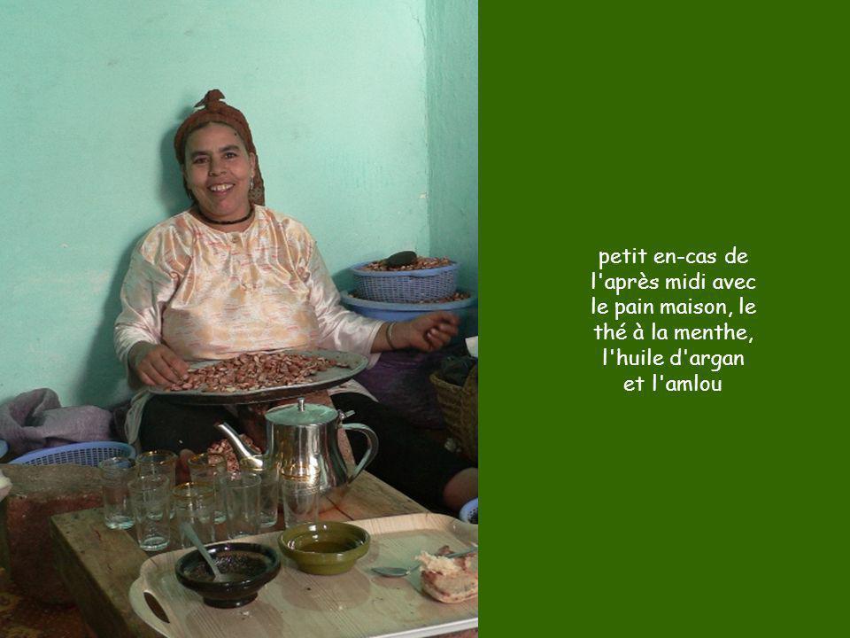 petit en-cas de l'après midi avec le pain maison, le thé à la menthe, l'huile d'argan et l'amlou