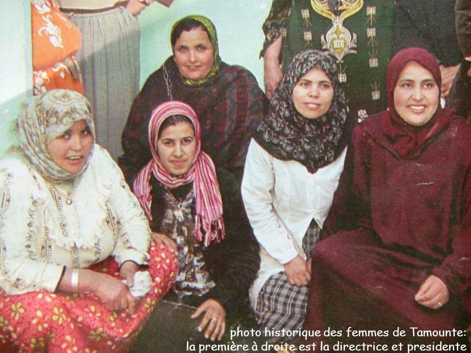 photo historique des femmes de Tamounte: la première à droite est la directrice et presidente