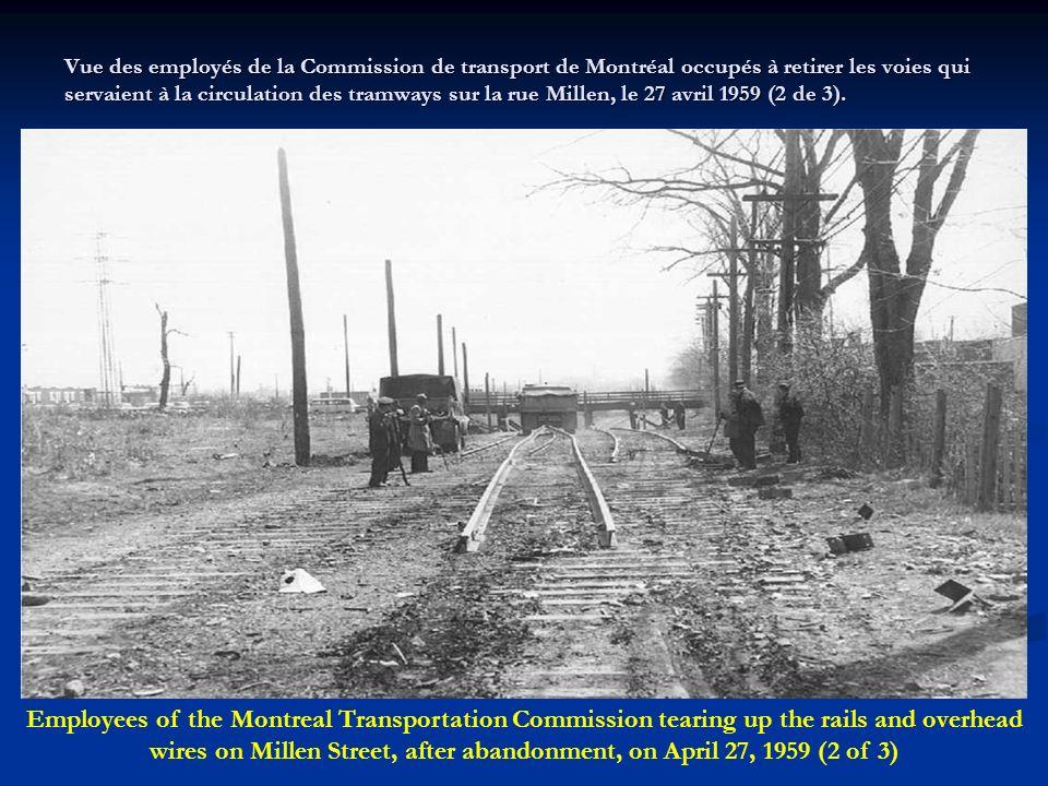 Vue des employés de la Commission de transport de Montréal occupés à retirer les rails et le filage électrique qui servaient à la circulation des tram