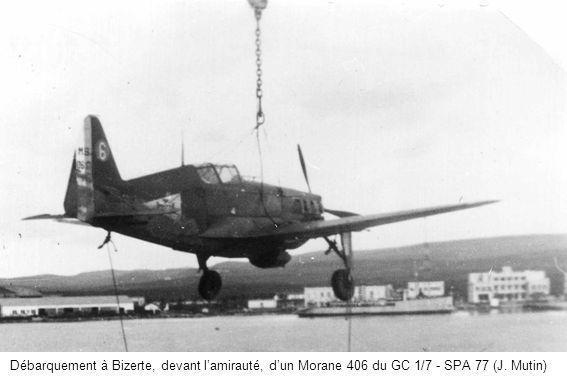 Débarquement à Bizerte, devant lamirauté, dun Morane 406 du GC 1/7 - SPA 77 (J. Mutin)