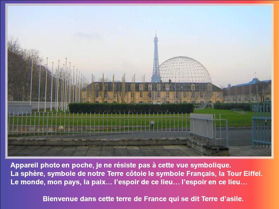Le bâtiment principal de l UNESCO, ici au fond, a été construit en forme de Y de l alphabet anglais ou plus particulièrement, il ressemble à une étoile à trois pointes.