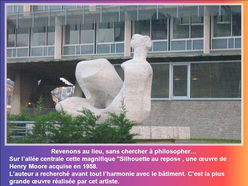 Revenons au lieu, sans chercher à philosopher… Sur lallée centrale cette magnifique Silhouette au repos«, une œuvre de Henry Moore acquise en 1958.