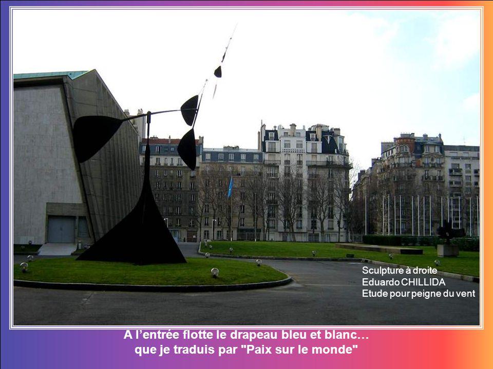 A lentrée flotte le drapeau bleu et blanc… que je traduis par Paix sur le monde Sculpture à droite Eduardo CHILLIDA Etude pour peigne du vent