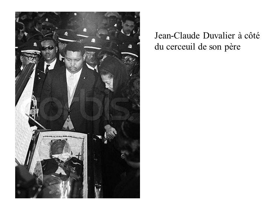 Jean-Claude Duvalier à côté du cerceuil de son père