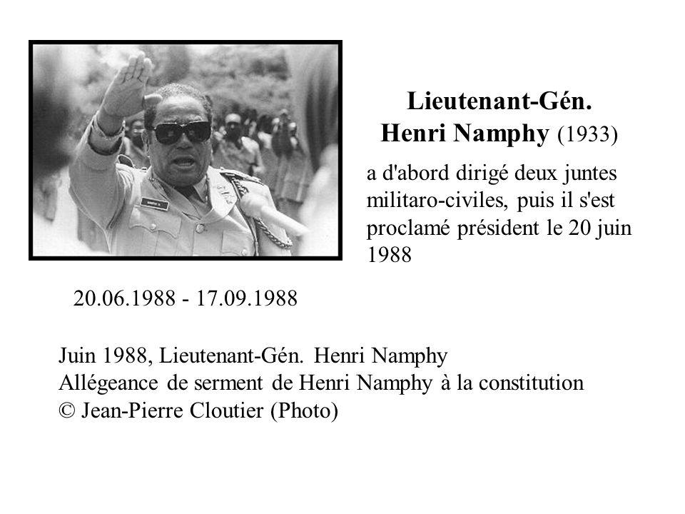 Juin 1988, Lieutenant-Gén. Henri Namphy Allégeance de serment de Henri Namphy à la constitution © Jean-Pierre Cloutier (Photo) Lieutenant-Gén. Henri N