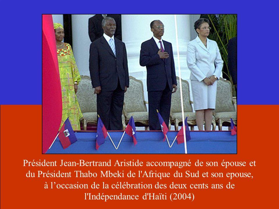 Président Jean-Bertrand Aristide accompagné de son épouse et du Président Thabo Mbeki de l'Afrique du Sud et son epouse, à loccasion de la célébration