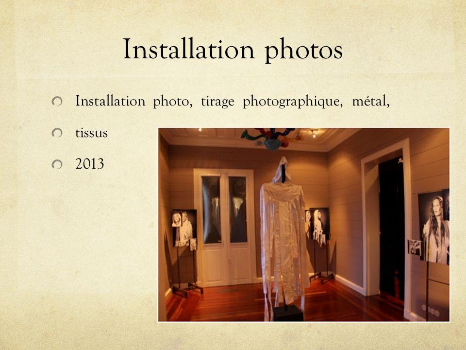 Installation photos Dans linstallation de photographies, Migline a demandé à des femmes de poser avec un beau vêtement comportant une capuche avec des pans de soie.