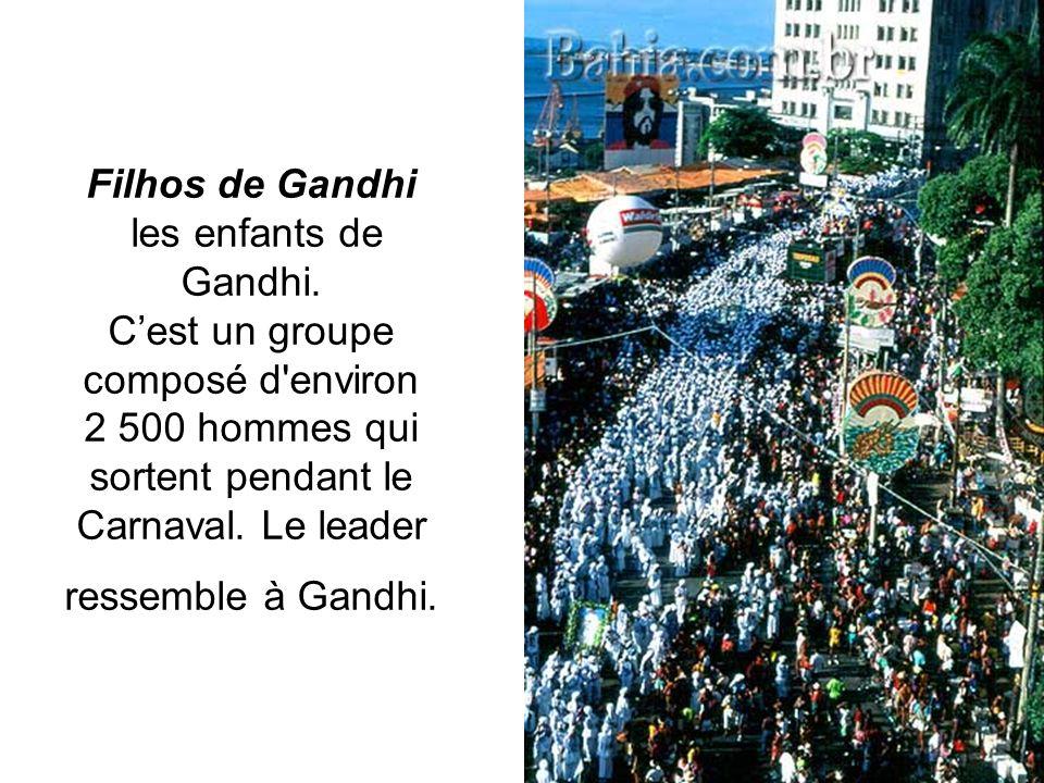 Filhos de Gandhi les enfants de Gandhi. Cest un groupe composé d'environ 2 500 hommes qui sortent pendant le Carnaval. Le leader ressemble à Gandhi.