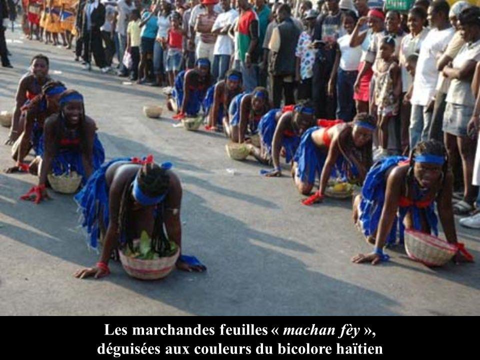 Les marchandes feuilles « machan fèy », déguisées aux couleurs du bicolore haïtien