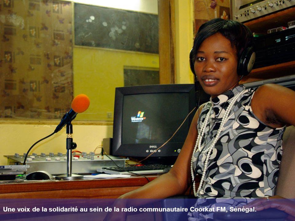 Une voix de la solidarité au sein de la radio communautaire Coorkat FM, Sénégal.