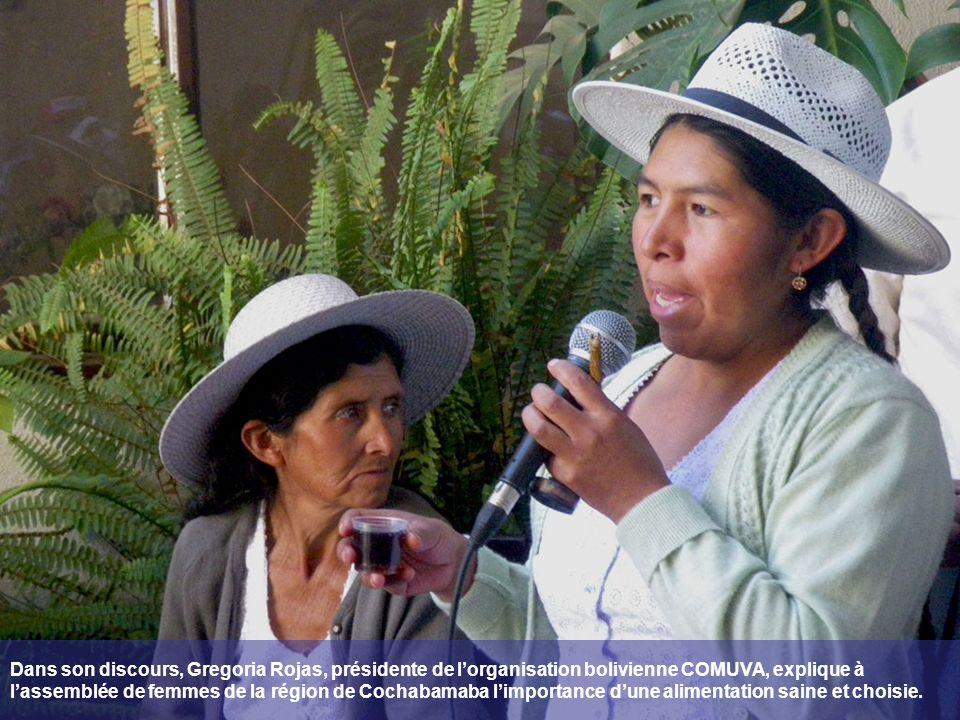 Dans son discours, Gregoria Rojas, présidente de lorganisation bolivienne COMUVA, explique à lassemblée de femmes de la région de Cochabamaba limportance dune alimentation saine et choisie.