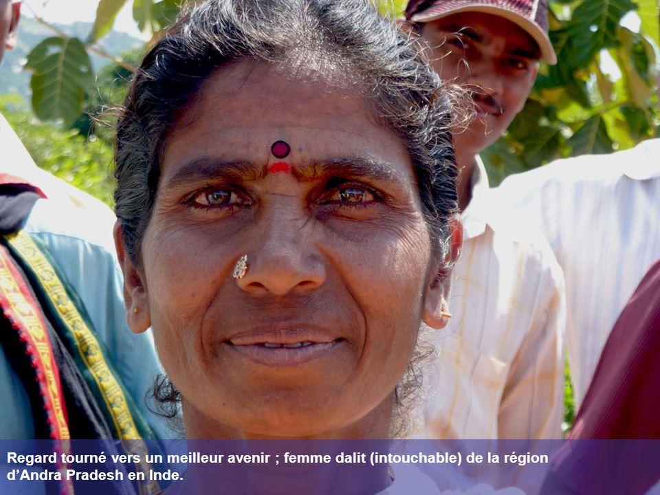 Regard tourné vers un meilleur avenir ; femme dalit (intouchable) de la région dAndra Pradesh en Inde.