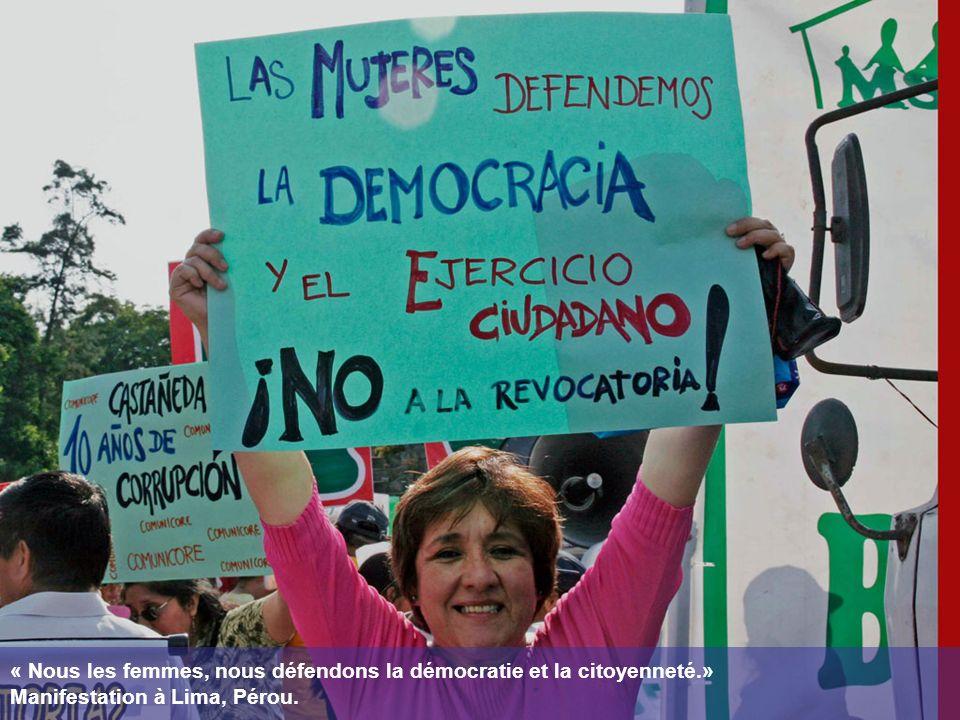 « Nous les femmes, nous défendons la démocratie et la citoyenneté.» Manifestation à Lima, Pérou.
