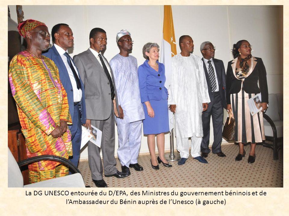 La DG UNESCO entourée du D/EPA, des Ministres du gouvernement béninois et de lAmbassadeur du Bénin auprès de lUnesco (à gauche)