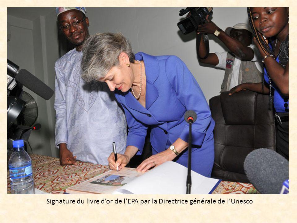 Signature du livre dor de lEPA par la Directrice générale de lUnesco