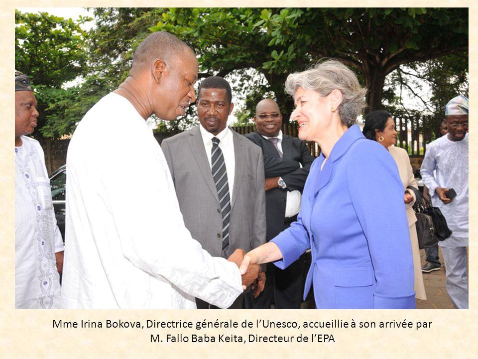 Mme Irina Bokova, Directrice générale de lUnesco, accueillie à son arrivée par M. Fallo Baba Keita, Directeur de lEPA