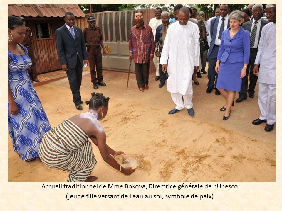 Accueil traditionnel de Mme Bokova, Directrice générale de lUnesco (jeune fille versant de leau au sol, symbole de paix)