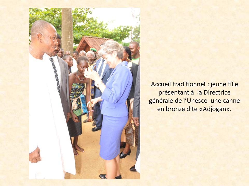 Accueil traditionnel : jeune fille présentant à la Directrice générale de lUnesco une canne en bronze dite «Adjogan».