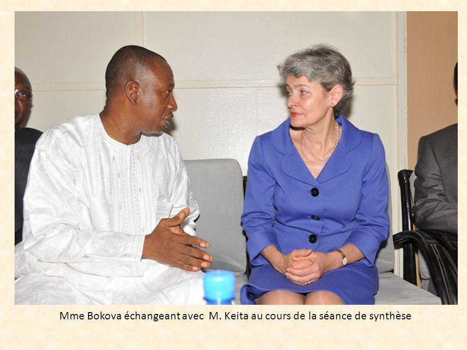 Mme Bokova échangeant avec M. Keita au cours de la séance de synthèse