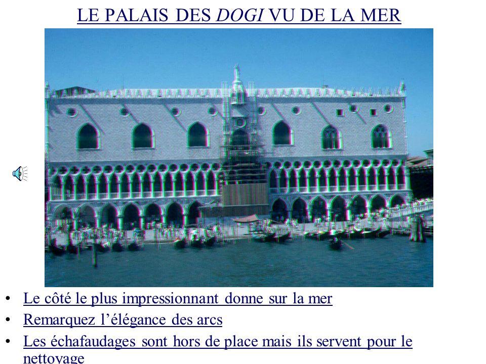 LE PALAIS DES DOGI VU DE LA TOUR Le palais donne sur piazza San MarcoLe palais donne sur piazza San Marco Remarquez lexquise influence byzantine et arabe.