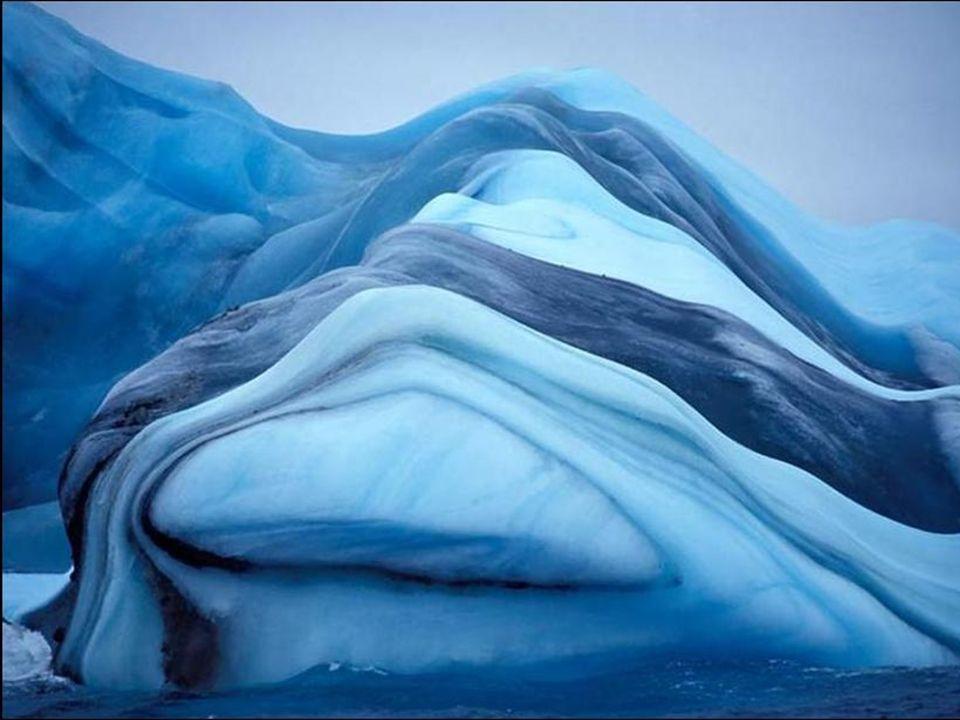 Les cieux colorent parfois violemment les étendues de glace.