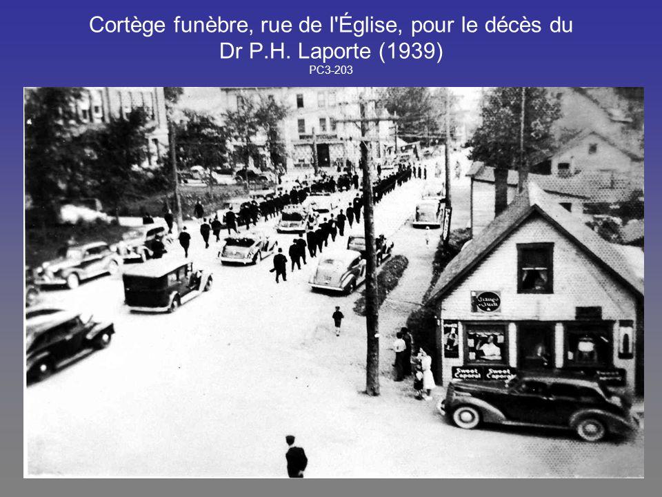 Cortège funèbre, rue de l'Église, pour le décès du Dr P.H. Laporte (1939) PC3-203