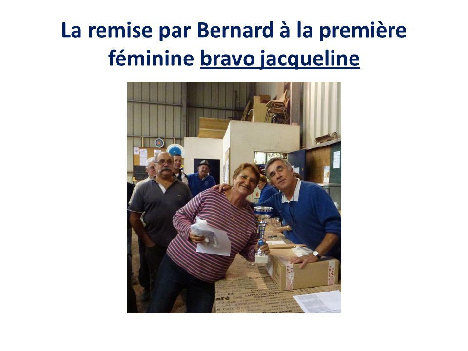 La remise par Bernard à la première féminine bravo jacqueline
