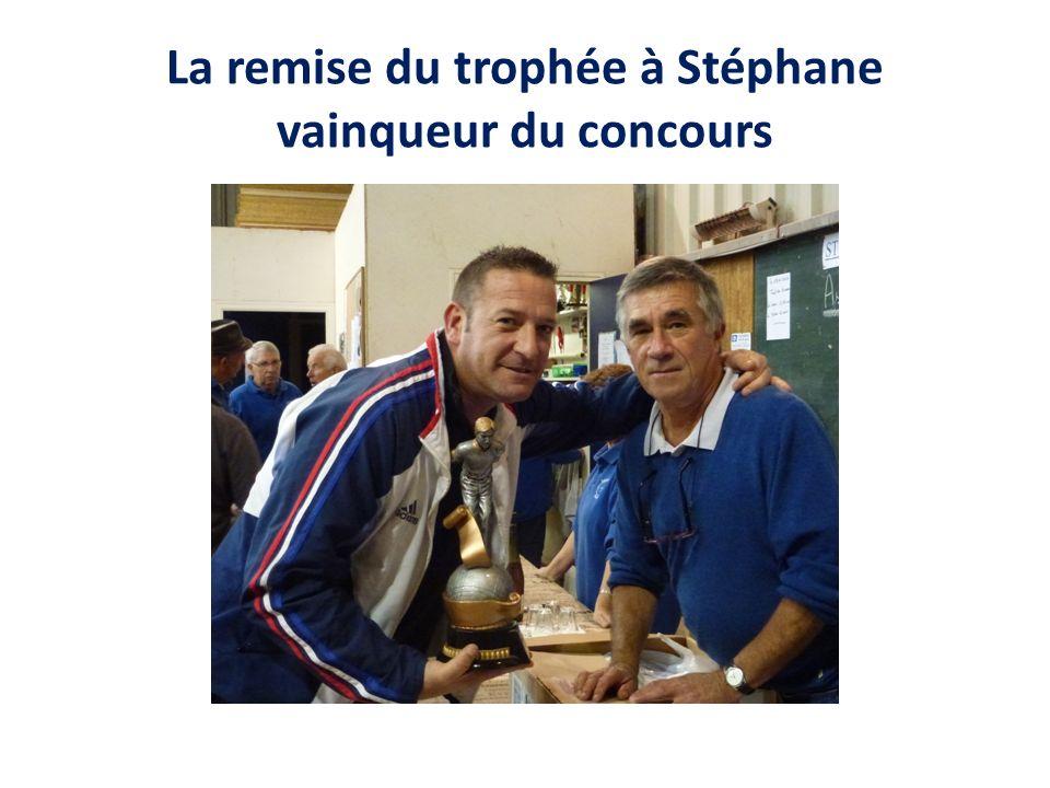 La remise du trophée à Stéphane vainqueur du concours