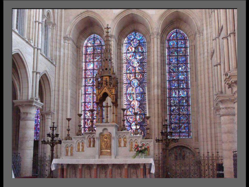C est une cathédrale de style gothique de transition ou gothique primitif.
