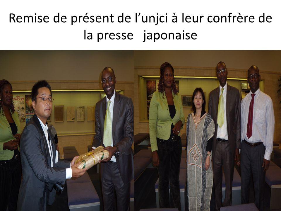 Remise de présent de lunjci à leur confrère de la presse japonaise