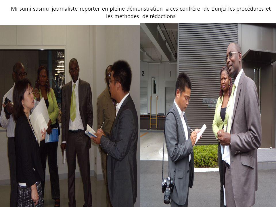 Mr sumi susmu journaliste reporter en pleine démonstration a ces confrère de Lunjci les procédures et les méthodes de rédactions
