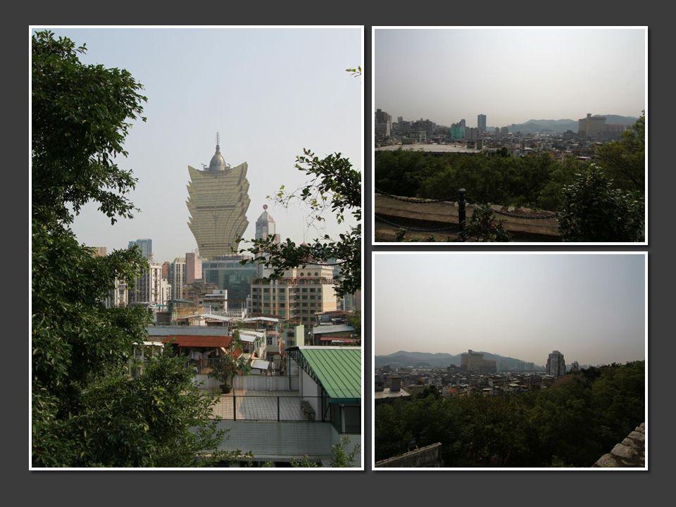 Et nous voici montant les marches escarpées pour atteindre la forteresse de Mong Ha qui surplombe Macao.